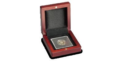 Eleganckie drewniane pudełko z satynową tasiemką.