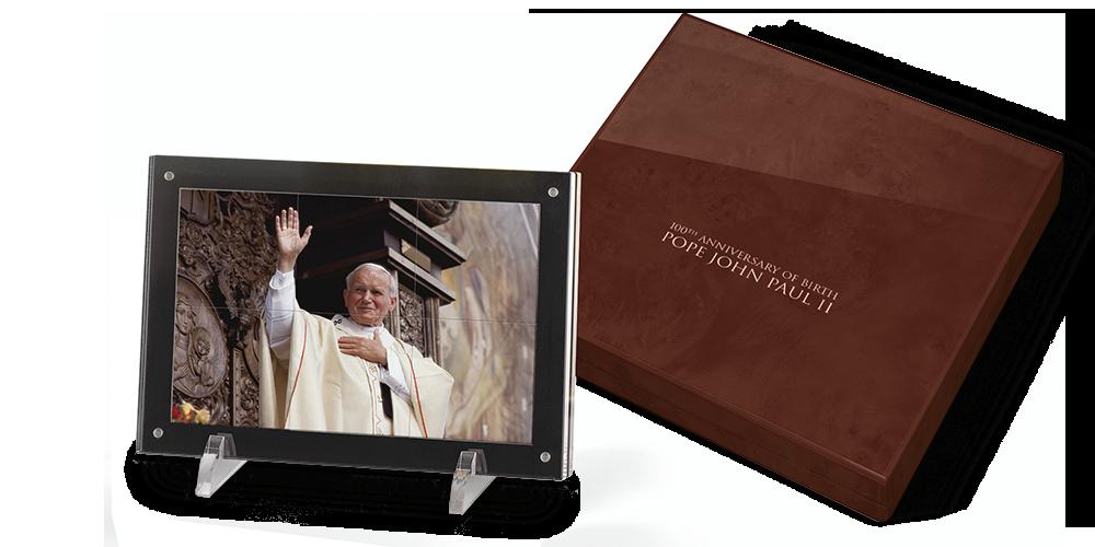 Jan Paweł II - zestaw 6 srebrnych monet z reprodukcją zdjęcia w eleganckiej drewnianej szkatule.