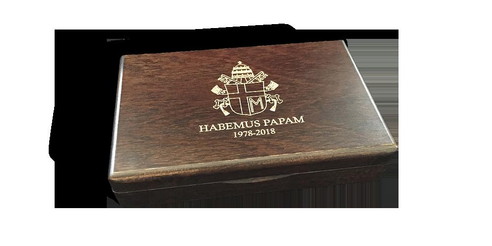 grawerowana drewniana szkatuła