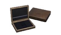 Drewniane pudełko z dwoma otworami o wymiarach 50x50 mm.
