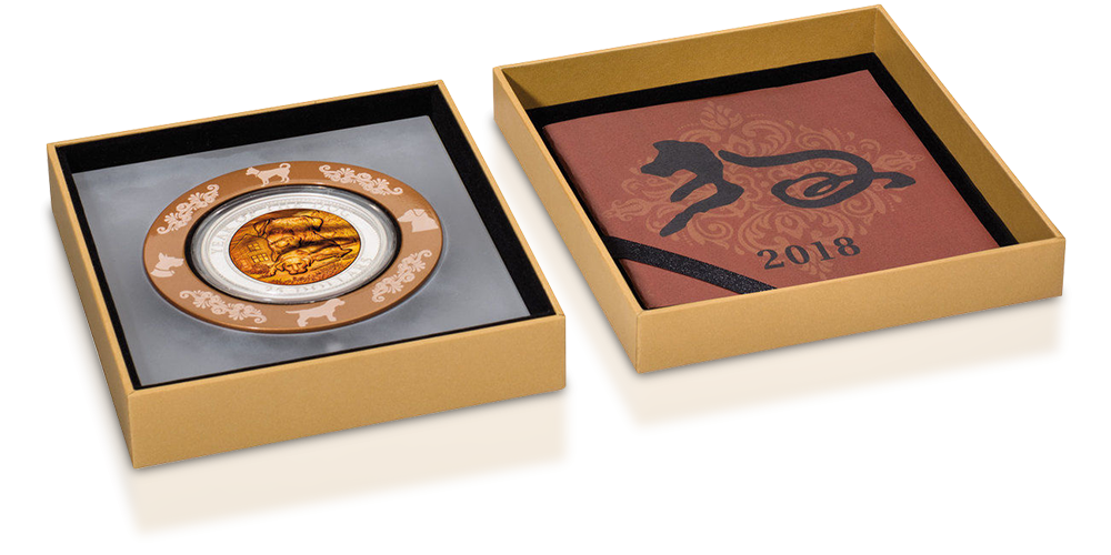 Rok Psa na srebrnej monecie z masą perłową. Moneta umieszczona w eleganckim pudełku kolekcjonerskim.