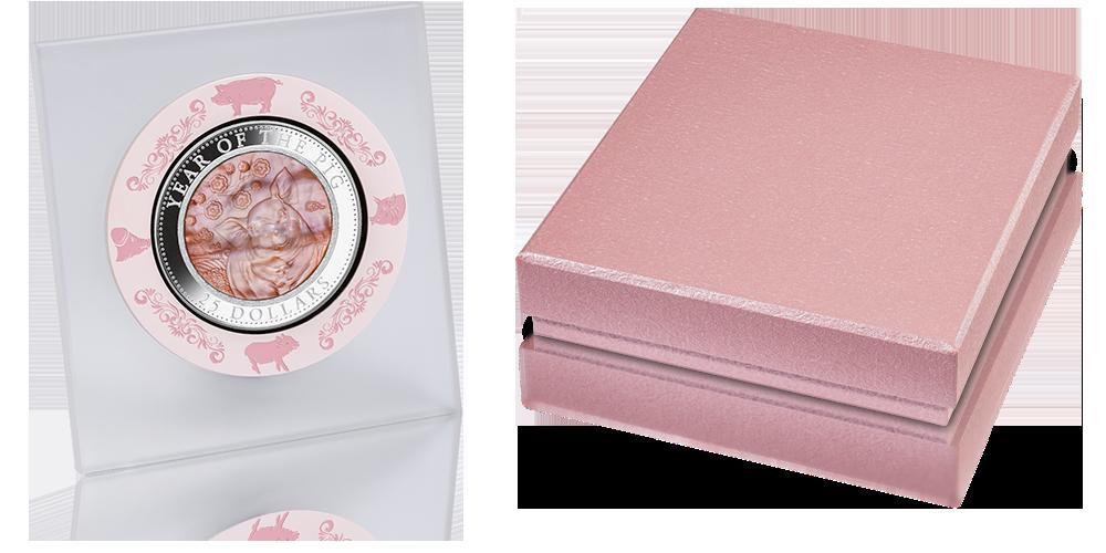 Rok Świni - srebrna moneta z różową masą perłową.
