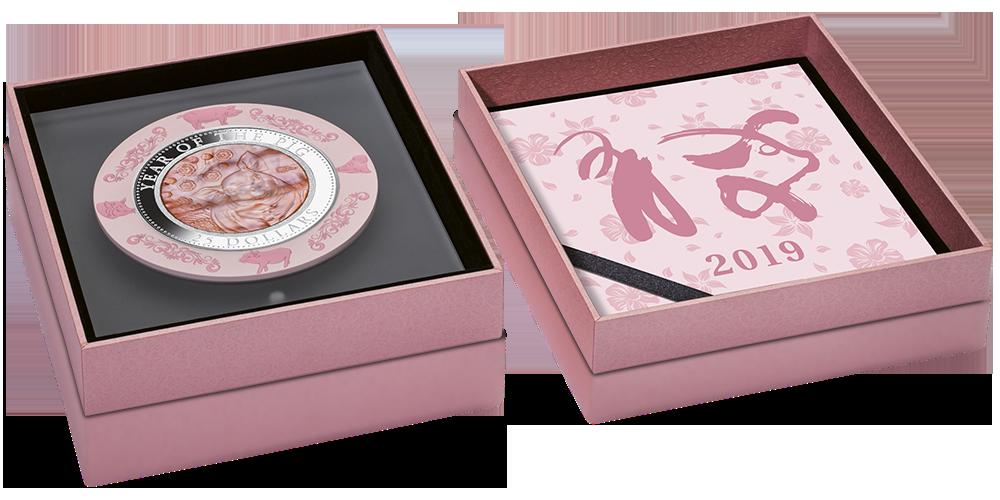 Rok Świni - srebrna moneta z masą perłową umieszczona w witrynie ze szkła akrylowego.