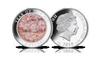 Rok Świni na srebrnej monecie z masą perłową.